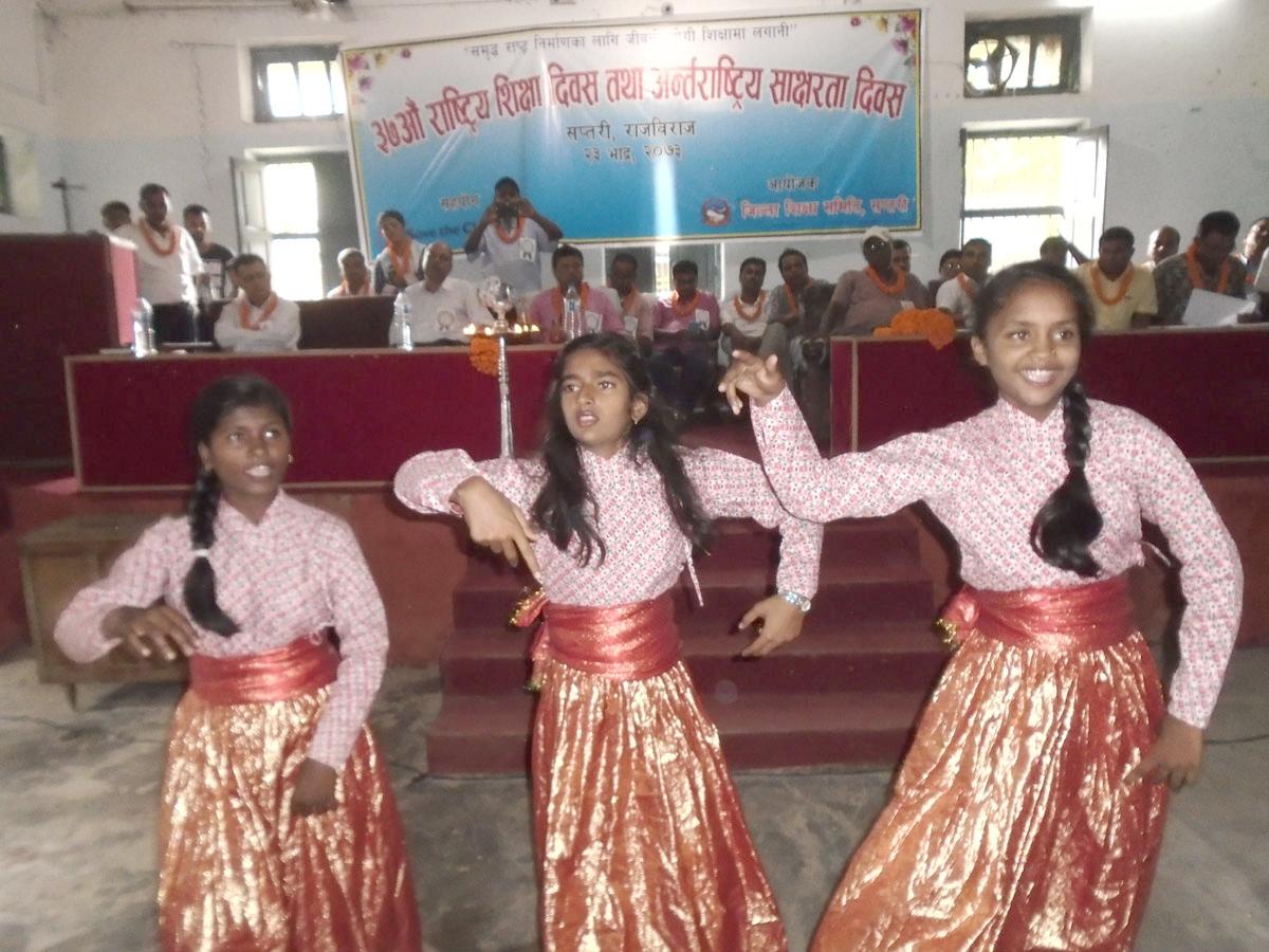 ३७ औं शिक्षा दिवसको अवसरमा आयोजित कार्यक्रममा नृत्य प्रस्तुत गर्दै शिब्स बोडिङ स्कूलका बालबालिकाहरु ।